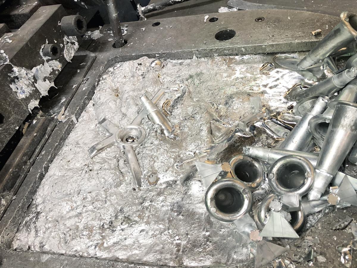 fabrication de quincaillerie funéraire - métal liquide dans le chaudron