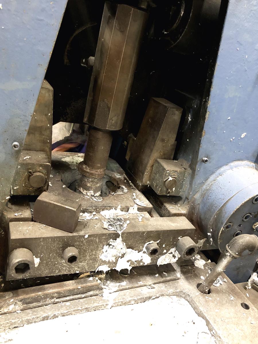 fabrication de quincaillerie funéraire - injection du métal liquide dans le moule